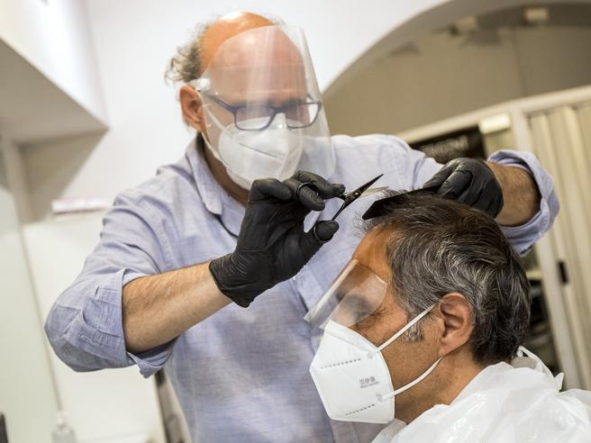 Riapertura parrucchieri dal 18 maggio: le linee guida di governo e regioni