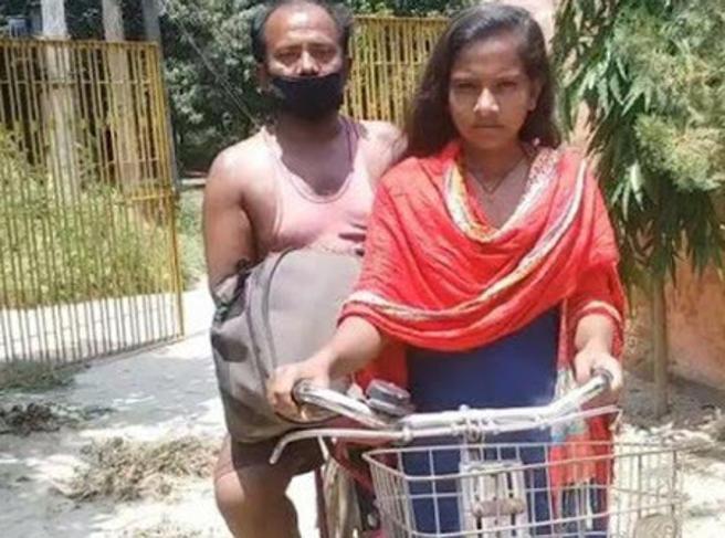 India, a 15 anni pedala 1200 km per riportare a casa il papà ferito. La Nazionale di ciclismo la chiama