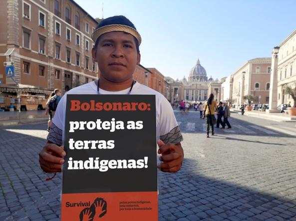 Protesta di Survival a Roma, perché Bolsonaro protegga le terre indigene del Brasile (foto Fiona Watson/Survival International)