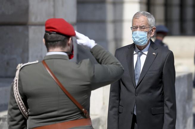 Austria, il presidente viola il coprifuoco