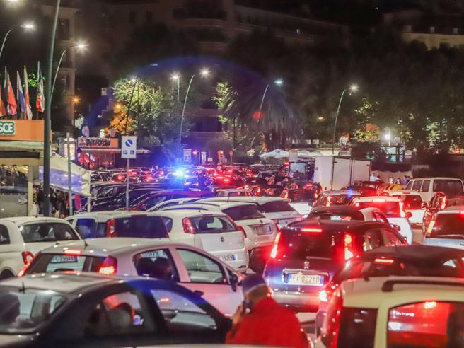 Napoli, movida sul lungomare (nonostante il coronavirus): traffico in tilt fino alle 4 del mattino