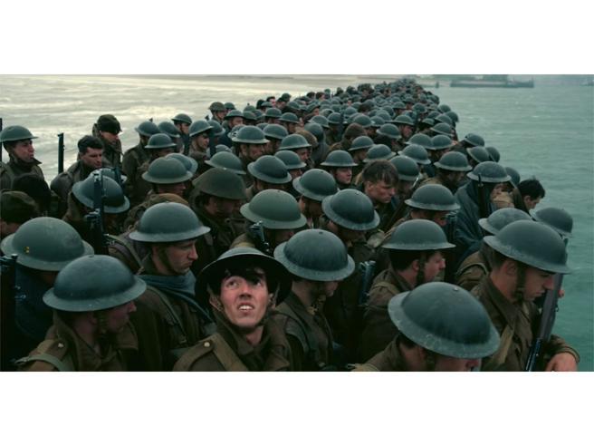 """""""Dunkirk"""" stasera in tv. Barche originali, sagome di cartone in spiaggia e i superstiti alla première a Londra. I 15 segreti"""