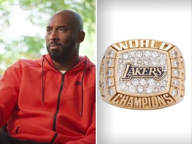 Kobe Bryant, venduto per 189.000 euro l'anello per il primo titolo NBA (e regalato alla madre)