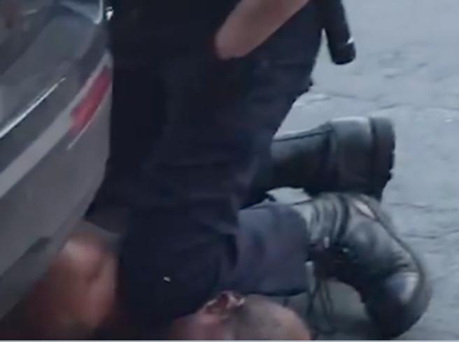 Afroamericano fermato da un poliziotto muore soffocato. Lice