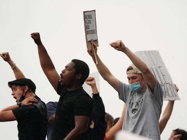 Stati Uniti, scontri a Minneapolis dopo la morte di un afroamericano soffocato dalla polizia Le foto