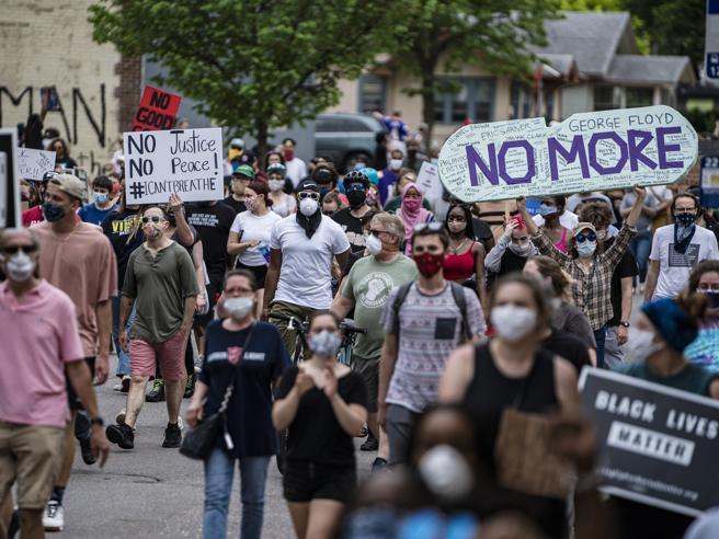 Minneapolis, centinaia in strada dopo la morte dell'afroamericano aggredito dai poliziotti