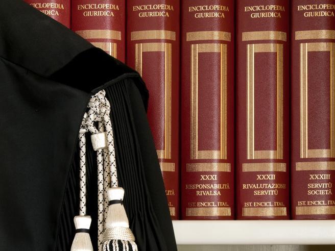 Esame per avvocato nel caos: scritti non ancora corretti. La protesta dei praticanti