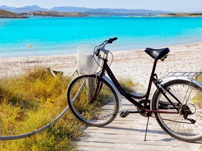 Vacanze in bicicletta: gli itinerari più belli in Italia (dalla Valle d'Aosta  al Gargano)