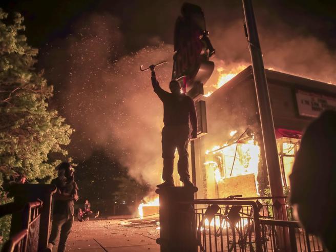 Minneapolis in fiamme per George Floyd. A fuoco il commissar