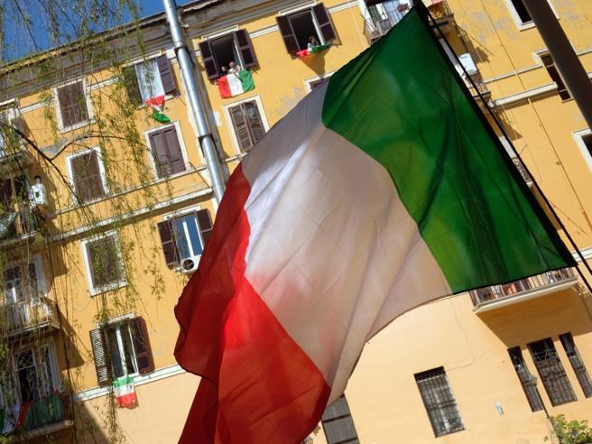 La bandiera italiana in edicola con il settimanale «Dipiù» il 30 maggio