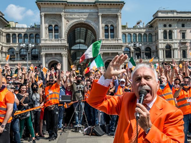 Gilet arancioni in piazza: scontri, niente distanze di sicurezza e mascherine