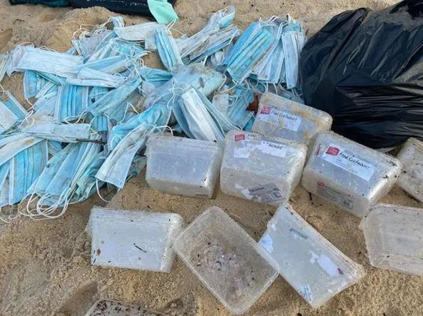 Mascherine e contenitori in plastica raccolti daglli ambientalisti sulle spiagge a Nord di Sydney dopo l'incidente al cargo APL England (foto Aliy Potts)