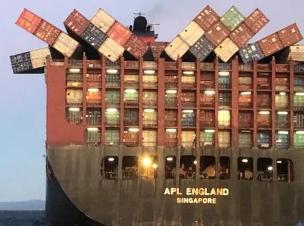 La «APL England» mentre perde i 40 container al largo dello Stato di Victoria, Australia orientale: molti contenevano dispositivi medici che sono finiti sulle spiagge australiane (foto Australian Maritime Safety Authority)