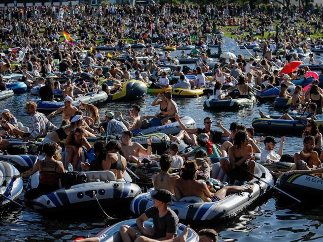 Coronavirus, a Berlino in 3mila senza mascherina al mega party sull'acqua (travestito da protesta). Nuovo focolaio a Gottinga dopo due feste