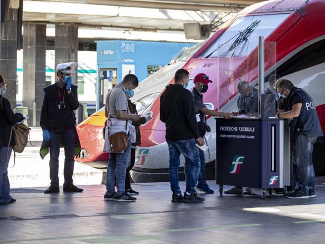 Le regole per spostarsi tra Regioni (in treno, auto, aereo) ed entrare  in Italia,  da oggiIn Sicilia lunghe code per gli imbarchi