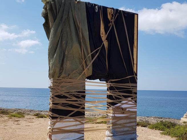 Lampedusa, impacchettata la Porta d'Europa per i migranti. Il sindaco: «Meschini»