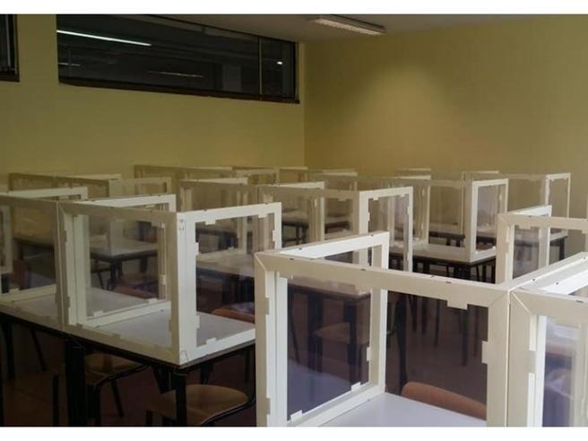 Scuola, rientro a settembre: il plexiglass divide. Visiere per insegnanti, 0rari flessibili, didattica nei musei