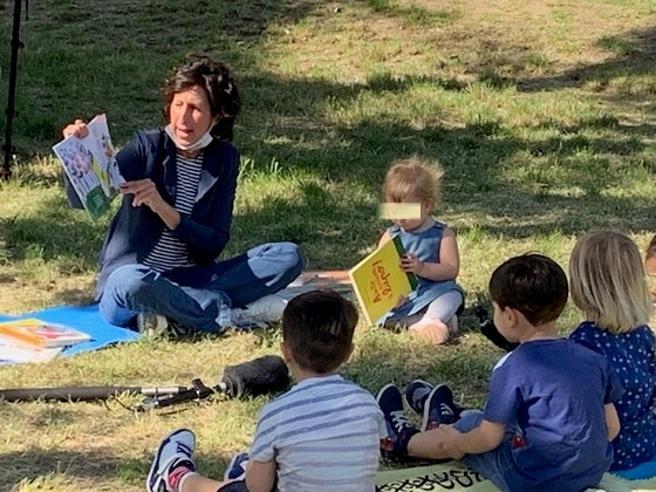 Prato, la maestra Francesca legge i libri ai bimbi nel parco
