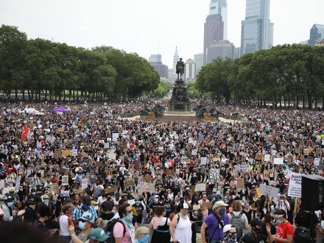 Quanti contagi e morti in più per ogni raduno in piazza? Negli Usa hanno provato a calcolarlo