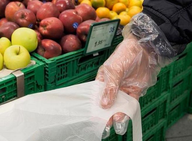 Guanti monouso, l'Oms: non difendono dal coronavirus (neppure al supermercato)