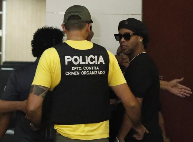 Ronaldinho agli arresti domiciliari in hotel (del Barcellona): «È dura ma gioco a calcio anche qui»