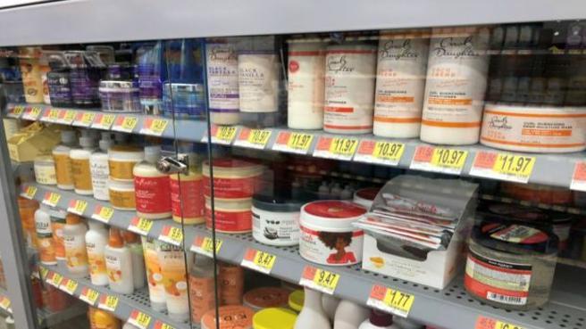 Walmart, sotto chiave i prodotti per afroamericani: la foto che svela i pregiudizi razziali negli Usa