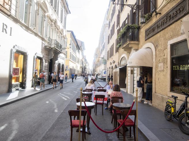 «I tavoli del Caffè Greco in via Condotti non vanno rimossi»