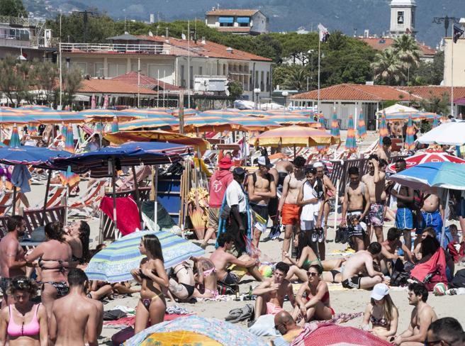 Coronavirus, folla in spiaggia senza distanza (e senza mascherine)
