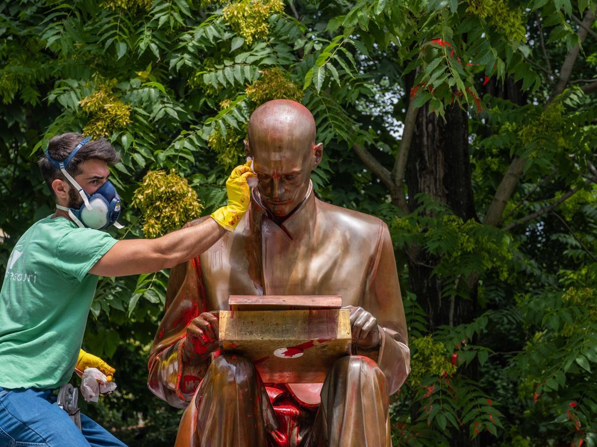 La statua di Montanelli imbrattata (foto Ansa)