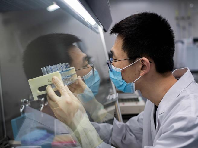Vaccino, l'esercito cinese sta sperimentando un candidato: cosa significa?