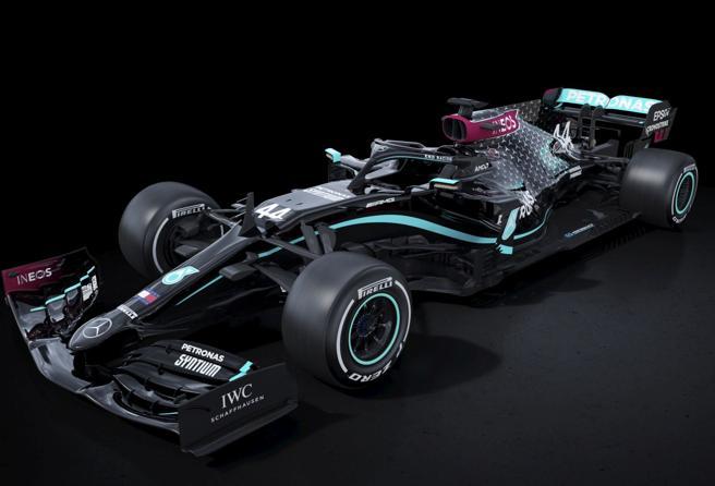 F1, Mercedes al Gp d' Austria con la macchina dipinta di nero contro la discriminazione razziale