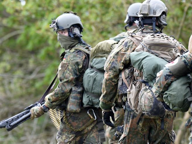 «Piene di militari razzisti». Berlino ristruttura le teste di cuoio