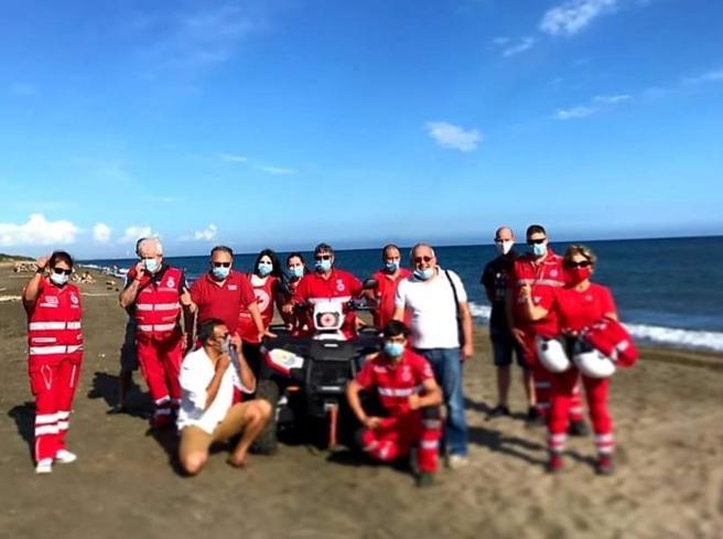 Angelo «distanziatore» volontario in spiaggia con la Croce Rossa