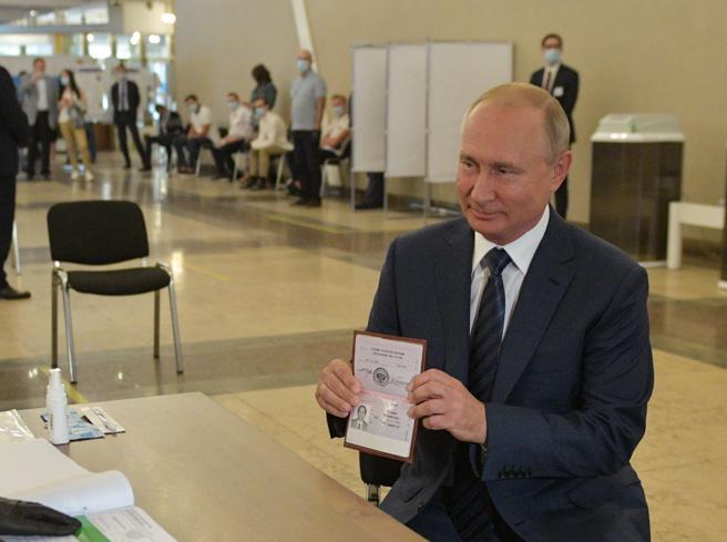 Vladimir Putin presidente a vita: un 70% di «sì» gli spiana  la strada per altri 12 anni
