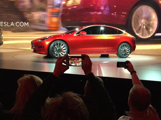 Tesla, azioni alle stelle: supera per quotazione Toyota ed è prima sul mercato