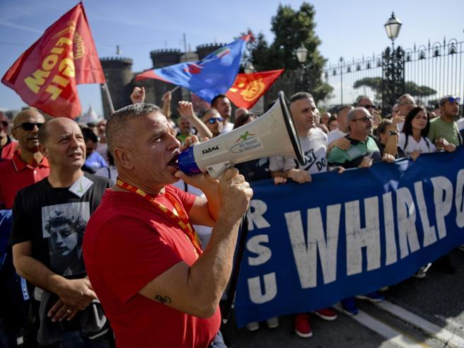 Whirlpool, Napoli chiude a ottobre: l'ira dei sindacati contro azienda e governo