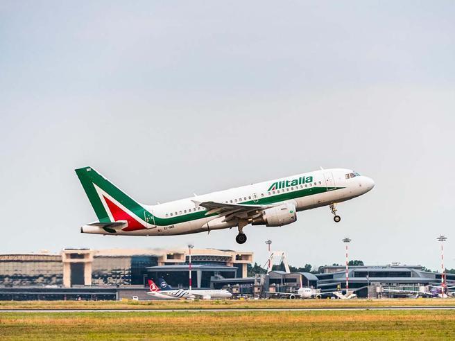 Mancati rimborsi dei voli cancellati L'Antitrust indaga su Alitalia e Volotea