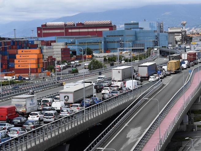 Autostrade, Liguria nel caos. Stop pedaggi su 150 km. Il colosso Cosco via da Genova. Esposto di Toti ai pm