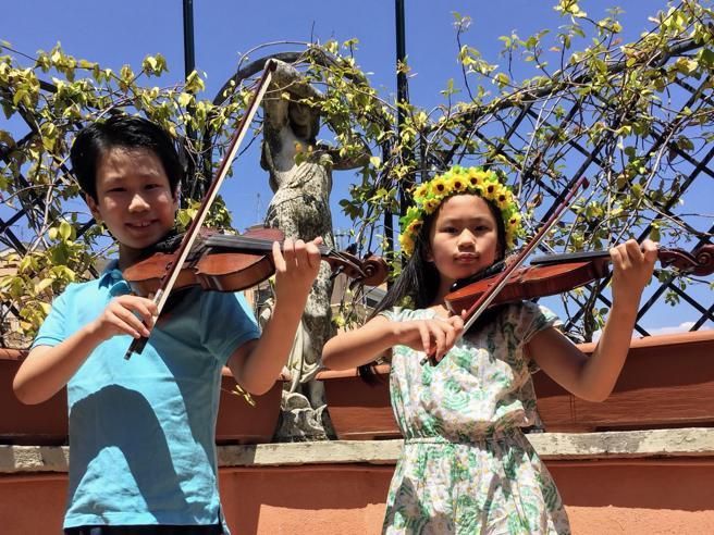 I baby-violinisti Benny e Maggie: «Guarire con la musica dal vivo»