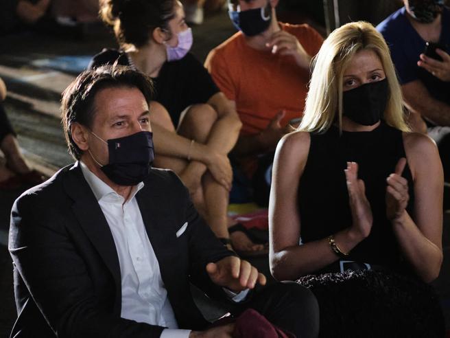 Sorpresa di Conte al Cinema America, il premier all'inaugurazione con la compagna Olivia