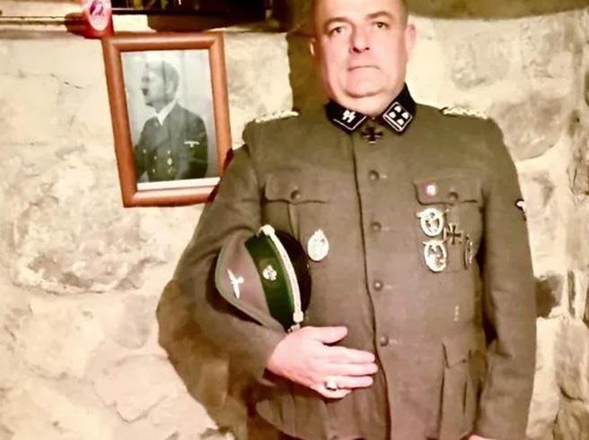 Udine, consigliere comunale in divisa nazista. FdI: «Non è un iscritto»