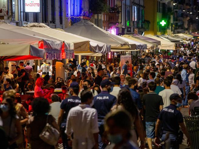 Milano, movida senza mascherine: sui Navigli dopo la mezzano