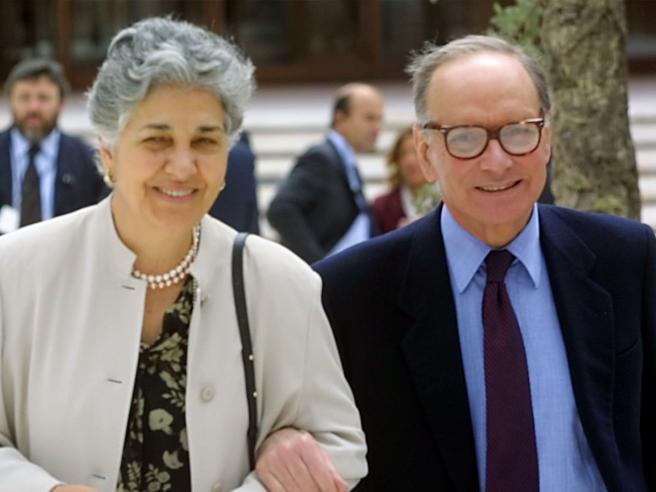 Ennio Morricone e la moglie Maria: «Con lei una storia lunga 70 anni: la convinsi quando era in ospedale...»