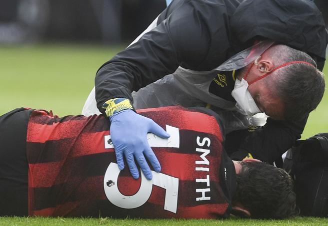 Adam Smith (Bournemouth) sbatte la testa contro Davies e perde i sensi per 8 minuti
