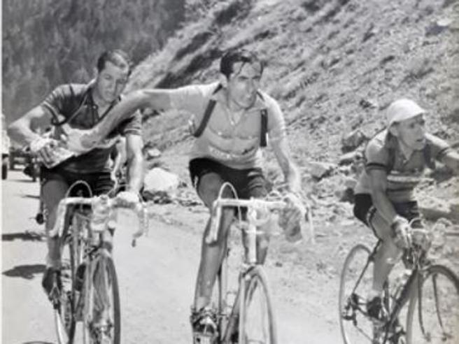 Coppi e Bartali, spunta un terzo uomo nella foto iconica della borraccia