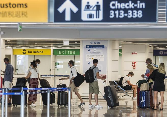 Coronavirus, trolley in aereo e mascherina solo al chiuso: l