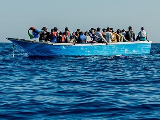 Migranti, il piano del Viminale: requisire navi e caserme per isolare i positivi e garantire le quarantene