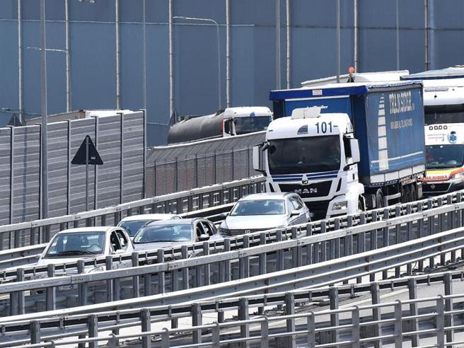 Autostrade, si va verso l'intesa: i Benetton fuori dal capit