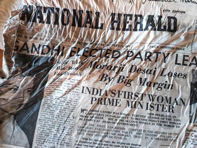 Lo schianto del Boeing indiano sulla montagna: dopo 54 anni il ghiacciaio restituisce i giornali di quel disastro