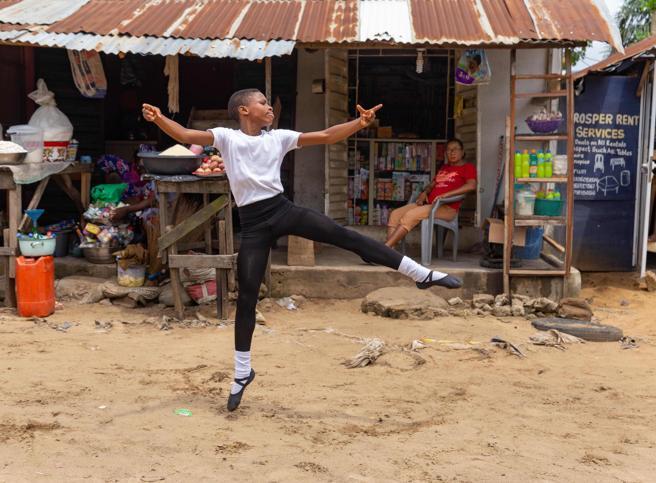 Nigeria, si avvera il sogno del bambino che ballava scalzo sotto la pioggia: una donna paga i suoi studi